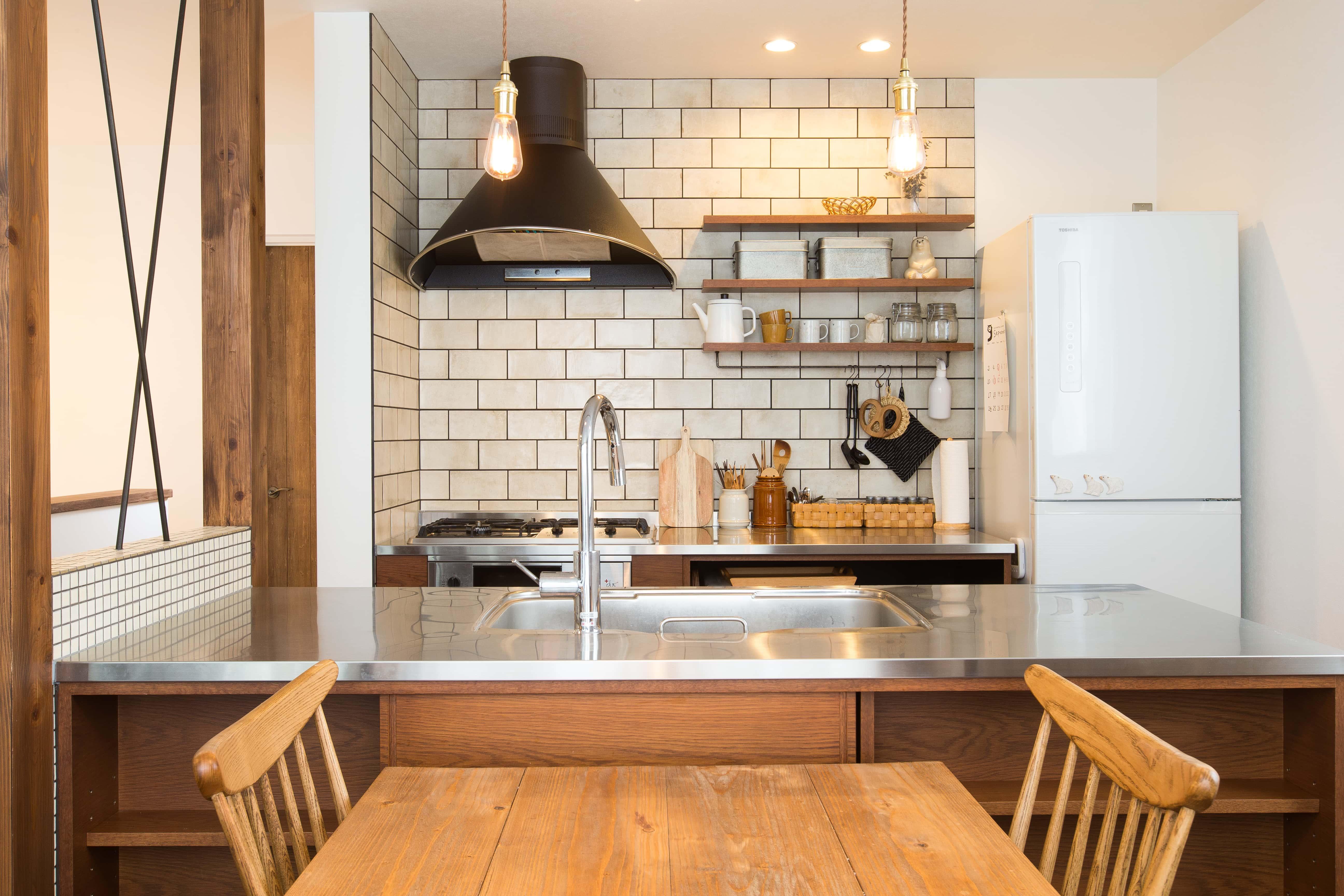 ステンレス天板にヴィンテージ感のあるオーク材で組み合わせたオリジナルキッチン