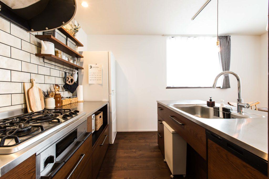 短い動線で作業できるⅡ型レイアウトのキッチン