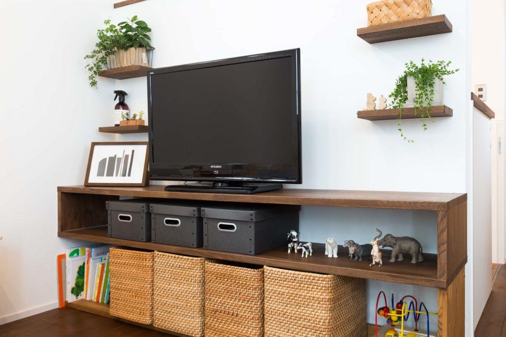 様々の小物が飾られ、カゴやボックスにも収納のアイデアがいっぱいです。