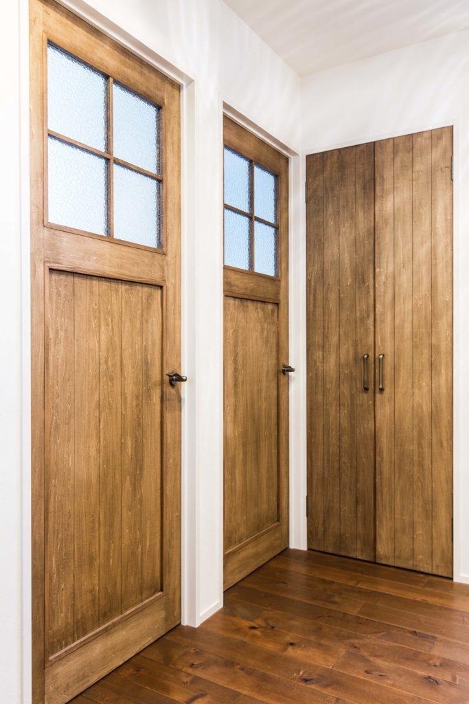 ざっくりとした仕上がりのオイル塗装が良い味を出しているオリジナルデザインのドア