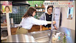 施主の奥様がくわばたりえ さんに水栓の使いやすさを実演する。