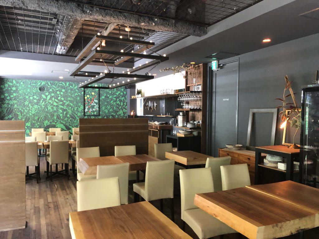 実際にランチをいただいたレストランの全景。グレートーンに暖かみのある徳島杉が見事です。