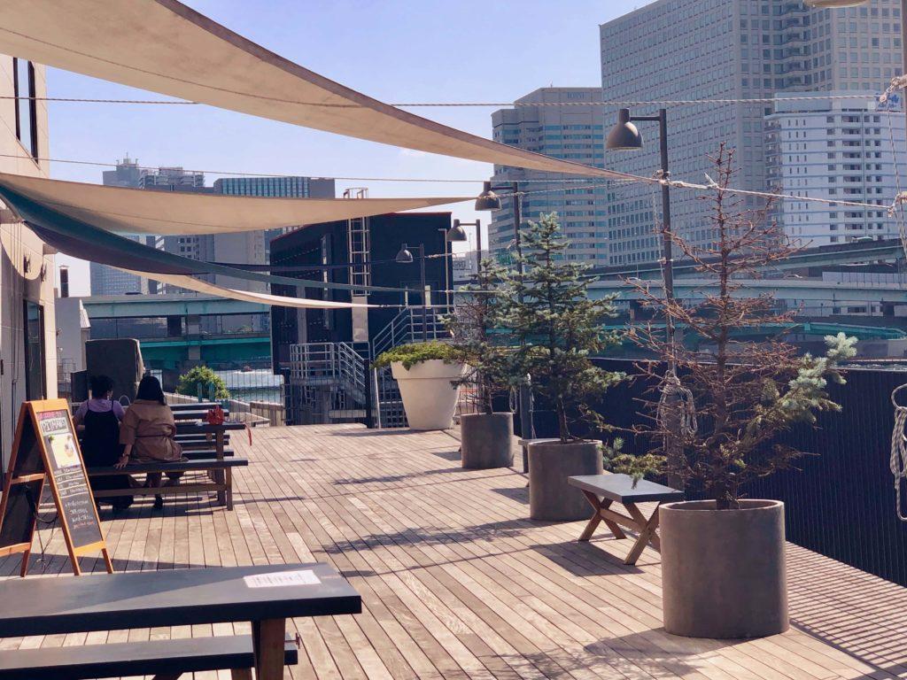 こちらのシェアホテル横にある親水路にデッキを設け、カフェのテラス席として利用されています。