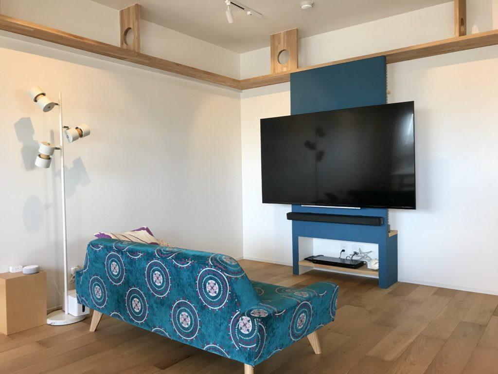 ネコ仕様のテレビボードはソファのカラーに合わせて