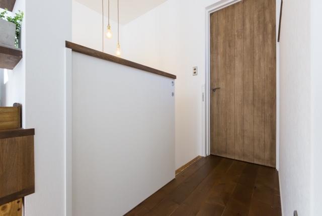 階段に冷気止めのドアを付けてリノベな家も快適