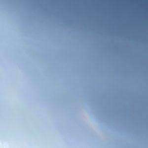 現場は寒くても空を見上げれば虹が迎えてくれている