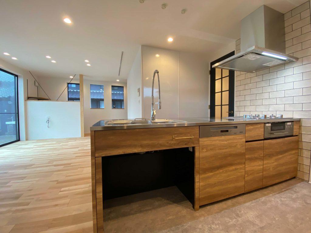オリジナルキッチンはカウンターその他もステンレスでコーディネートされており、杢目とのバランスが良い。