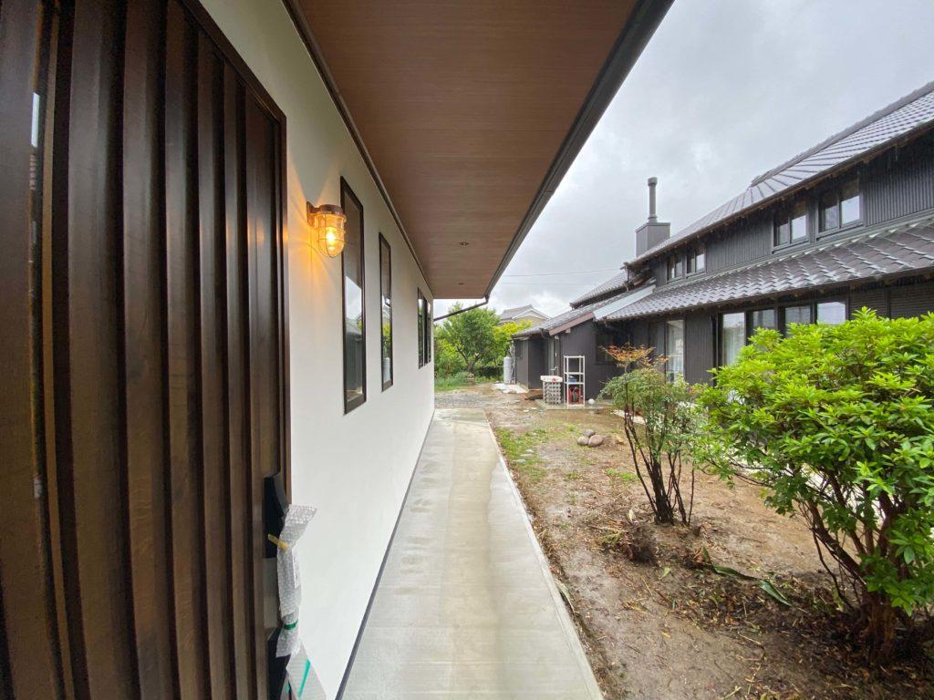 玄関前に深い庇があり、雨に濡れない配慮がされている。