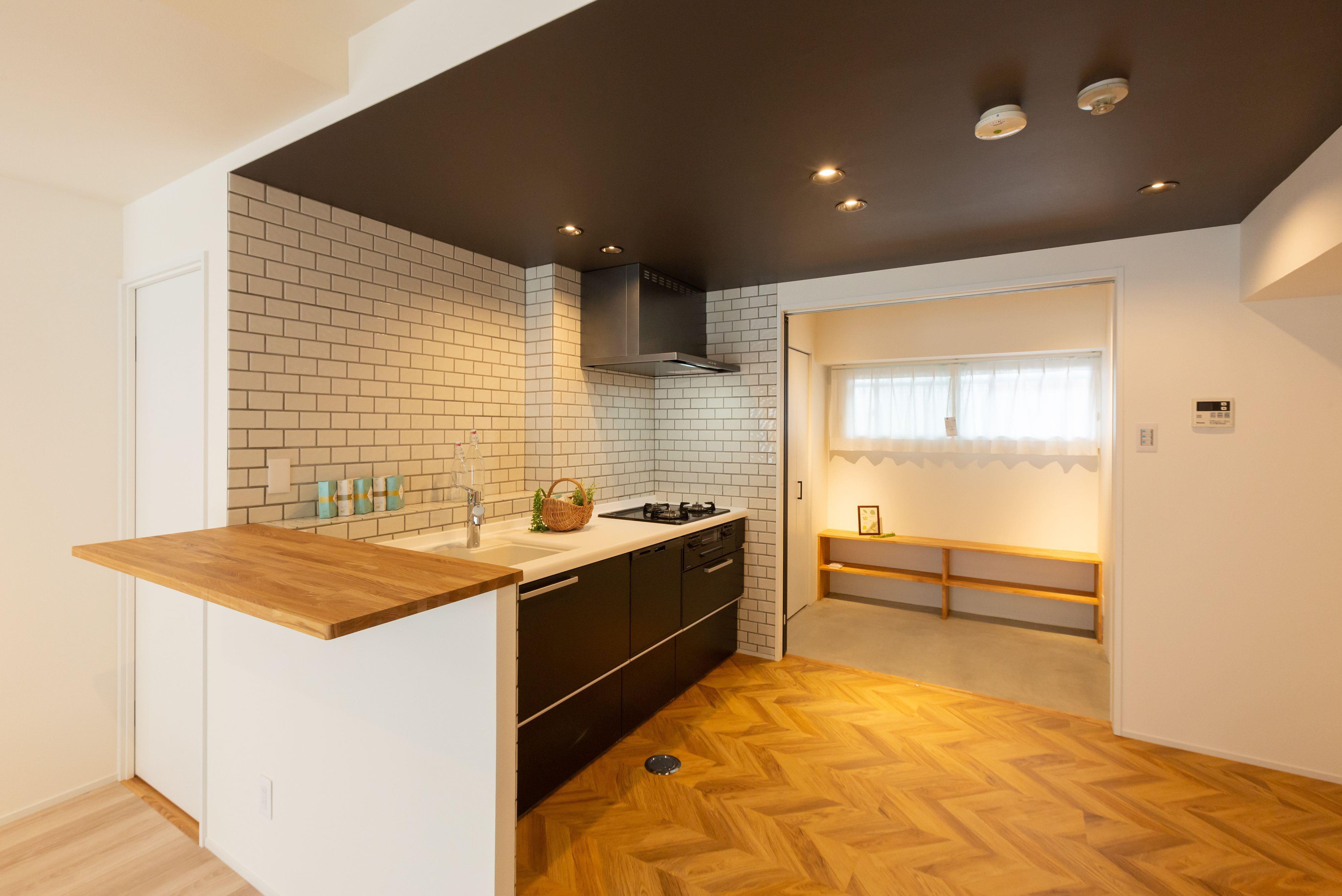 ヘリンボーンがカッコイイ、カリフォルニア風キッチンは玄関土間につながっていて便利な動線になっています