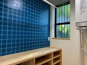 脱衣室には洗濯室としてアイロン台になる棚も設置しました