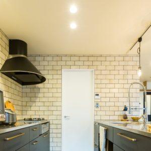 壁一面のタイルがかっこいいオーダーキッチン
