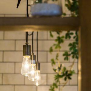 裸電球のペンダントライトでお洒落で雰囲気ある空間が作れます