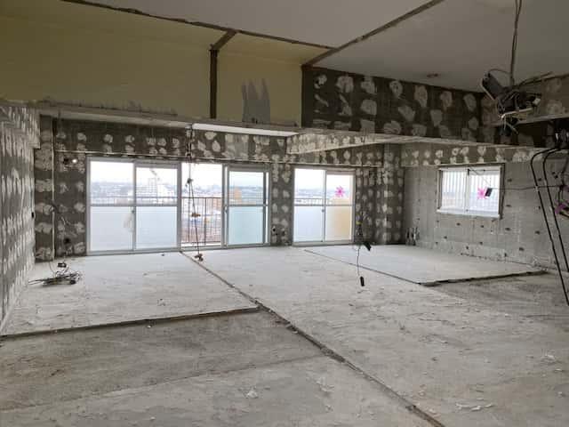 マンションの室内が解体されスケルトンの状態に。