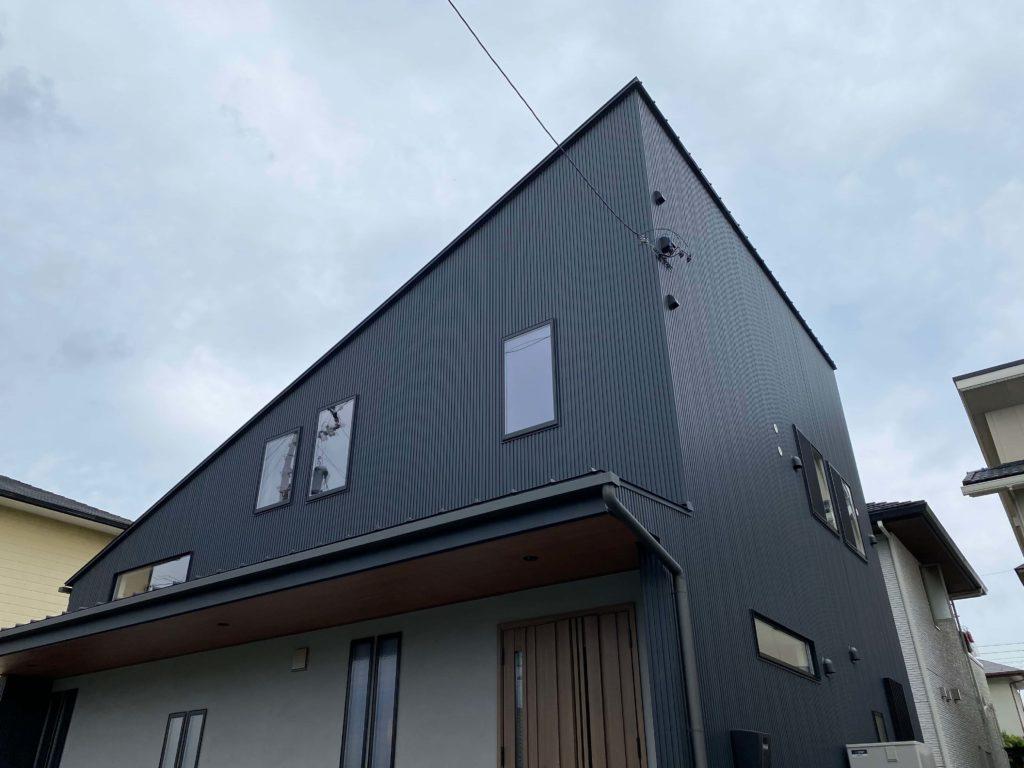 ガルバリウム鋼板がスッキリとして端正な外観。片流れ屋根が目を引きます。