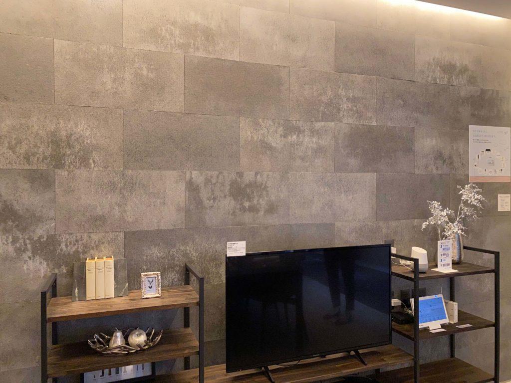 リビングの壁面にグレーの濃淡が素晴らしい壁材SOLIDが施工されています