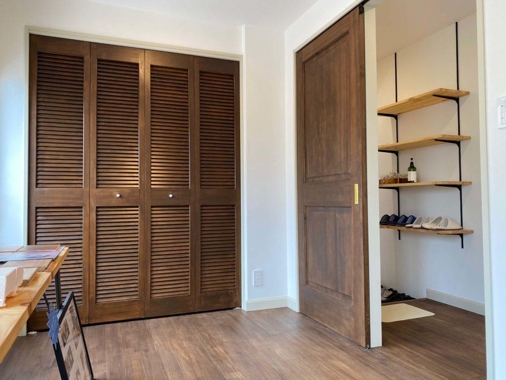 パイン材で作られた輸入ドアが雰囲気を醸してくれ、落ち着いた暮らしを演出してくれます。