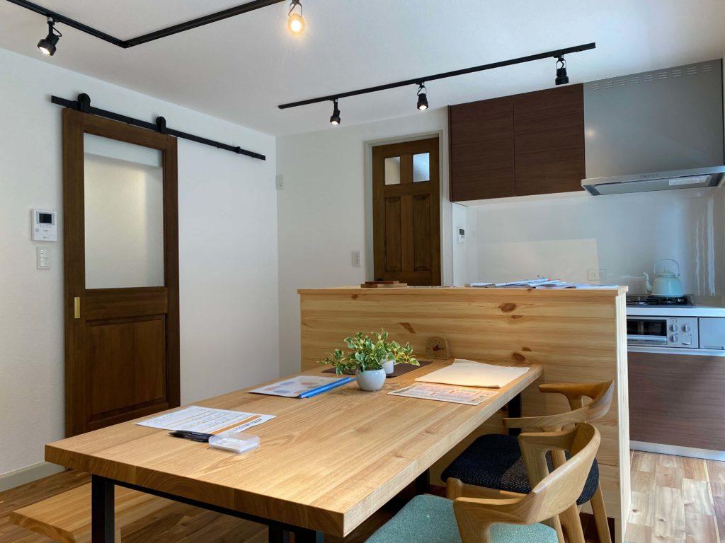 タモの無垢材で作られたダイニングテーブルとパインの無垢材で作られたキッチンカウンター