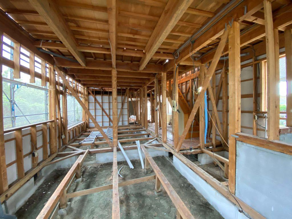 徹底的に内装を剥がしてしまいます。耐震補強はもちろん、断熱工事、防蟻処理など建物を長く利用する上で重要な作業を行うために必要です。