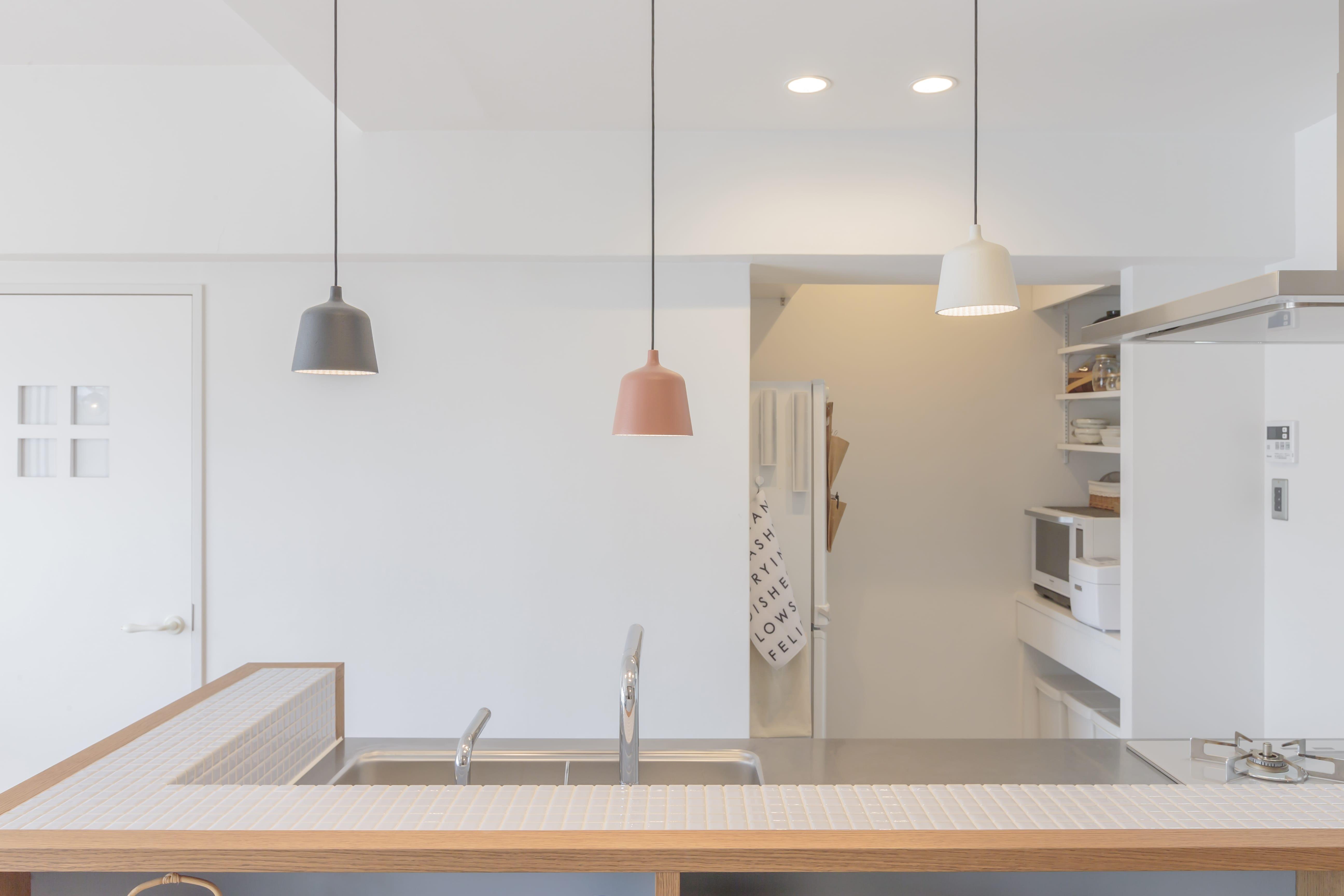 明るく清潔感ある自宅キッチンには和の気配を追加