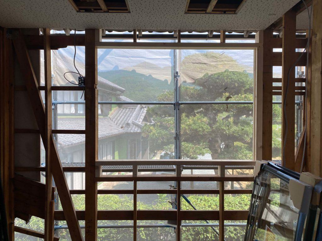 近くの山々を借景に切り取れる寝室の窓、今から出来上がりが楽しみです