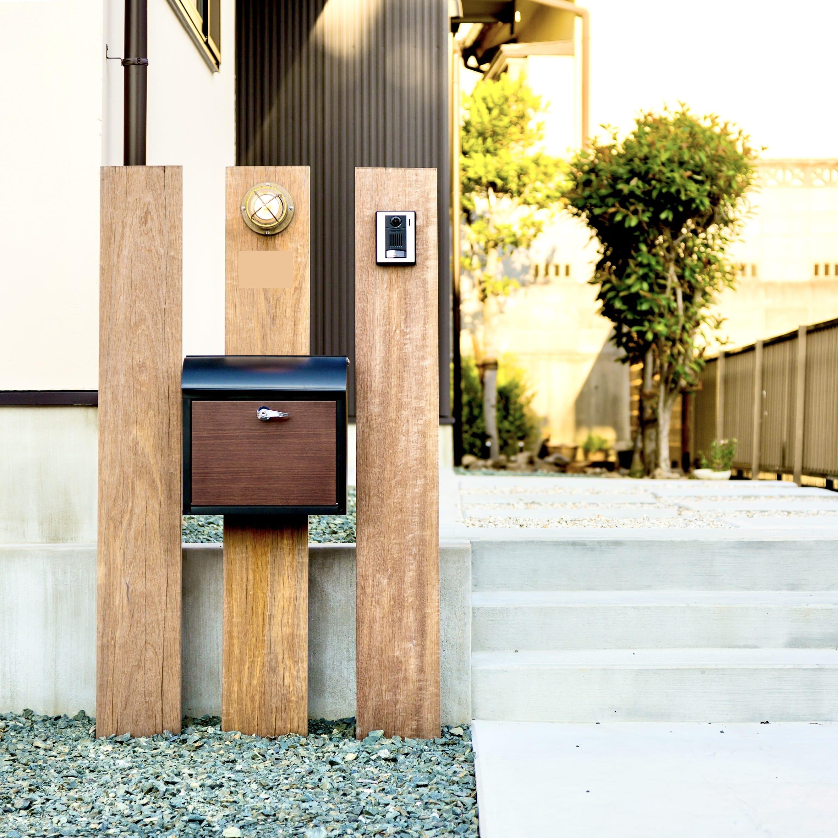 木製の板を三枚でデザインされたシンプルな門柱