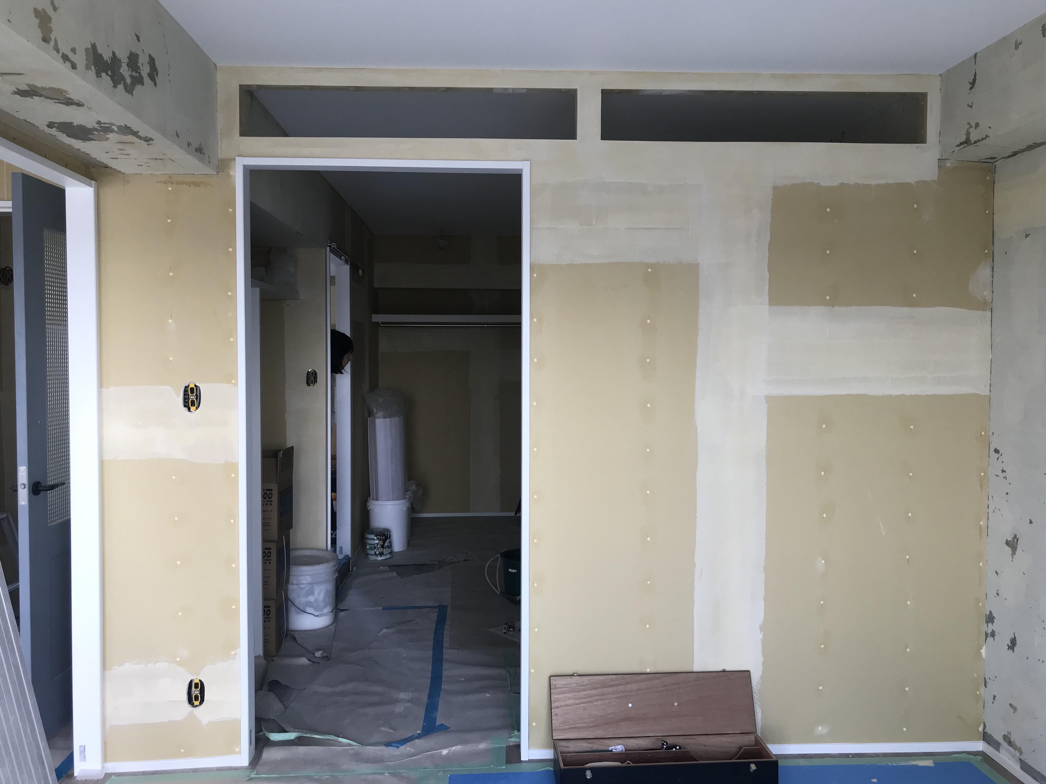 窓がない部屋に光がはいるよう、壁の上部分に空間を設けました。