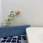 トイレも庭の植物を生けて心地よい空間に
