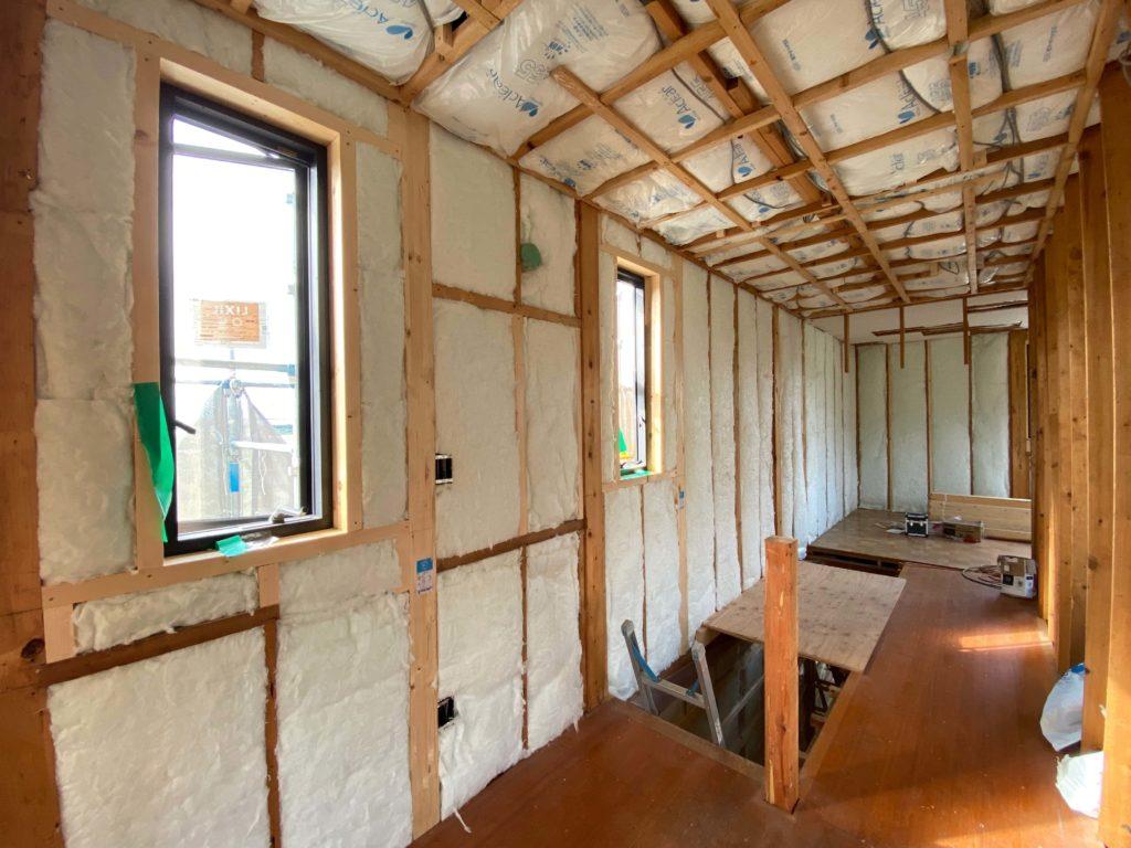 壁のグラスウールはもちろんのこと、天井には高性能グラスウール14K155mmを採用。