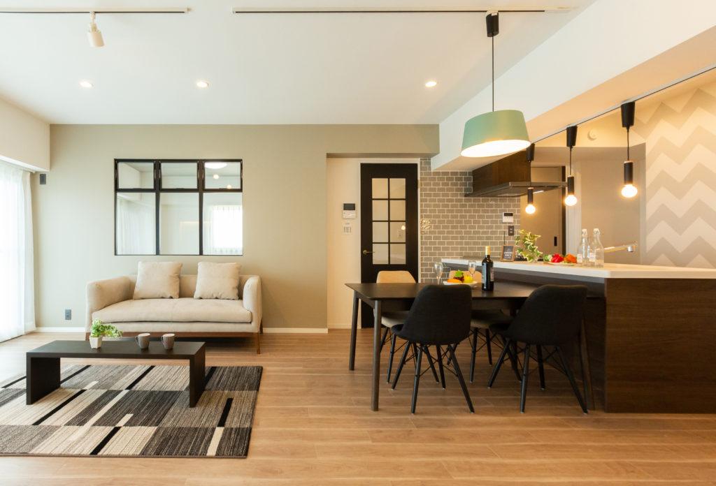 ヴィンテージオークのフローリングにアッシュな色調の壁や家具で落ち着いたテイストに仕上がっています。