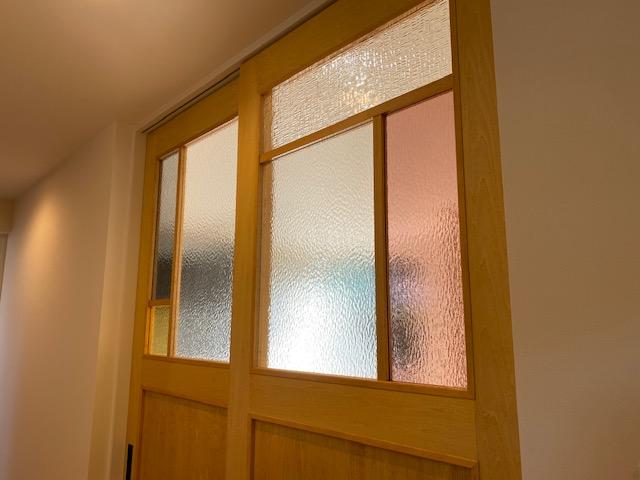 色ガラスがステンドグラスみたいで可愛い手作り建具