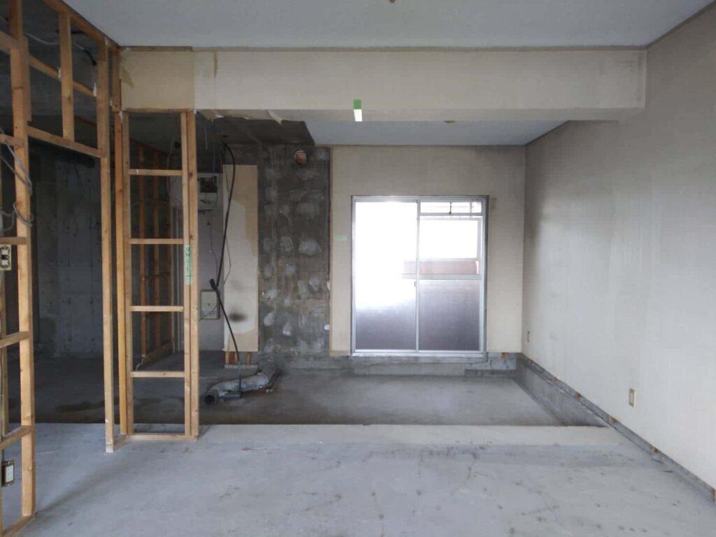 キッチンも取外され、配管を設けるための段差スラブが見えます。