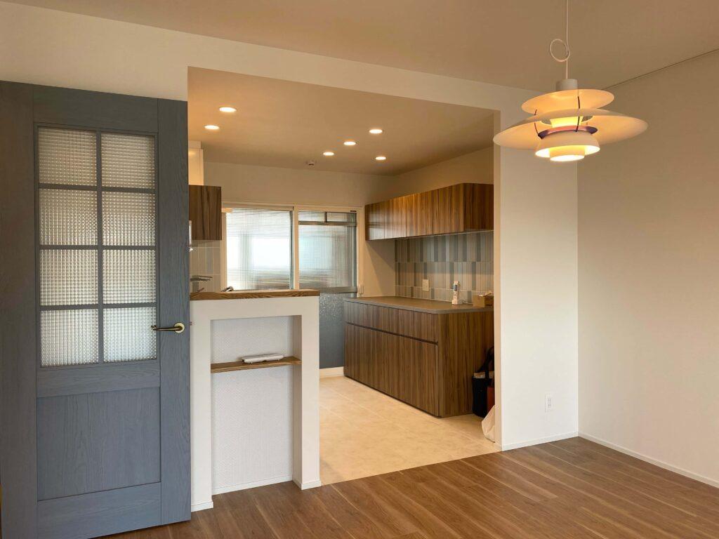 使い勝手とデザインを考慮したキッチンボードと北欧の定番照明PH5
