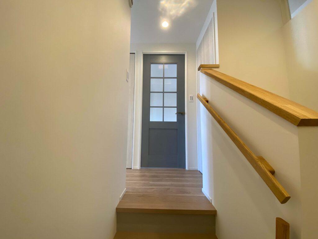 マンションとしては珍しいメゾネットタイプ。階段を上がるとドアが見えます。