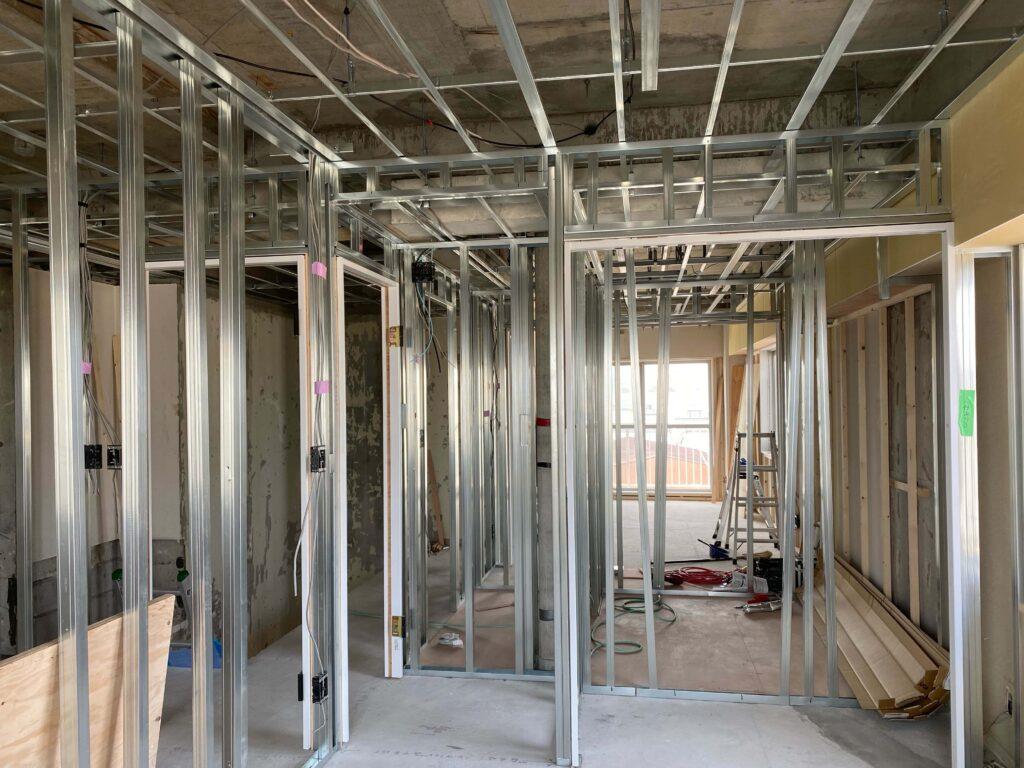 間取りを一新するべく間柱も建て起こし、建具の枠も取付されています