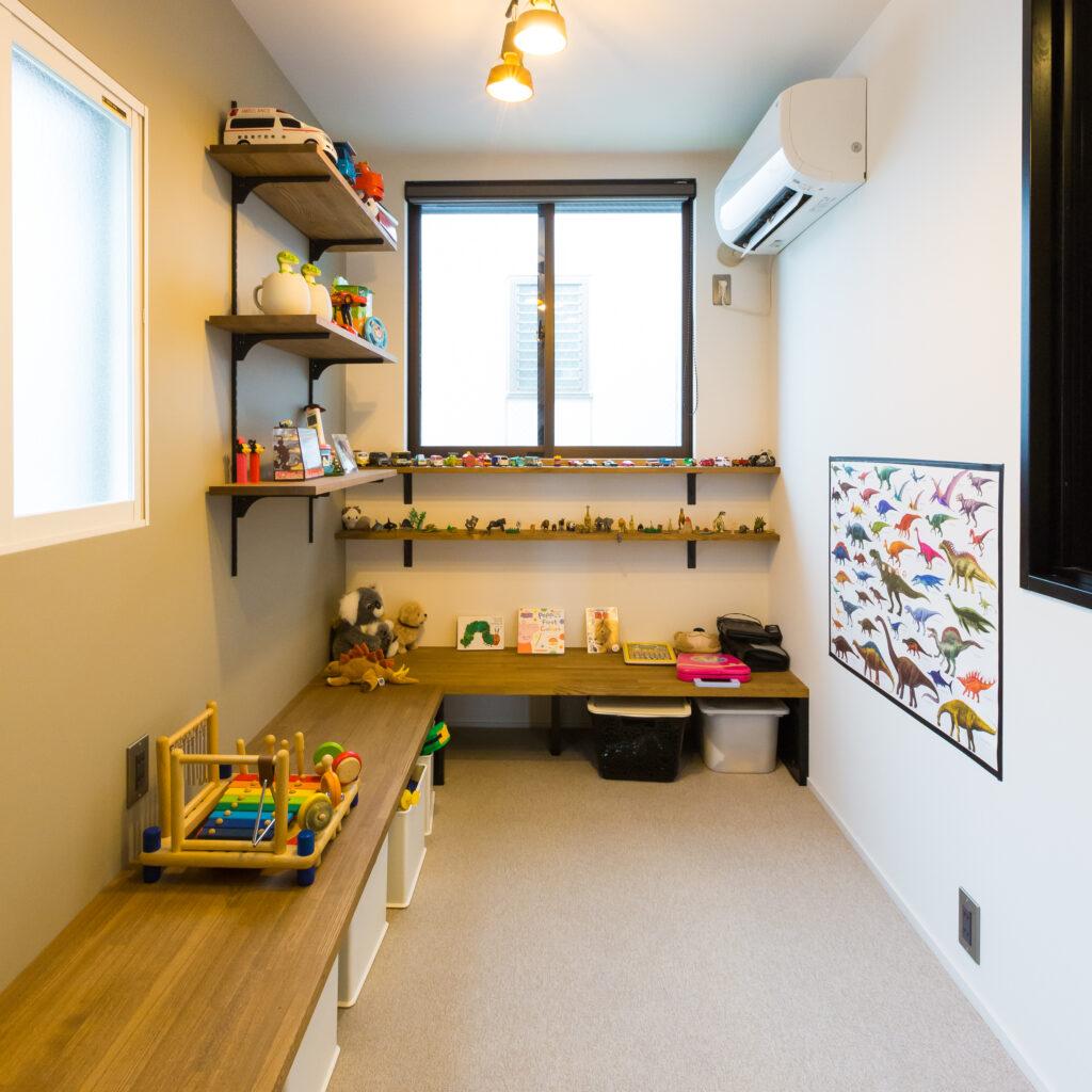 実家リノベでできた小部屋はリモート会議にも勉強にも遊びにも使える空間