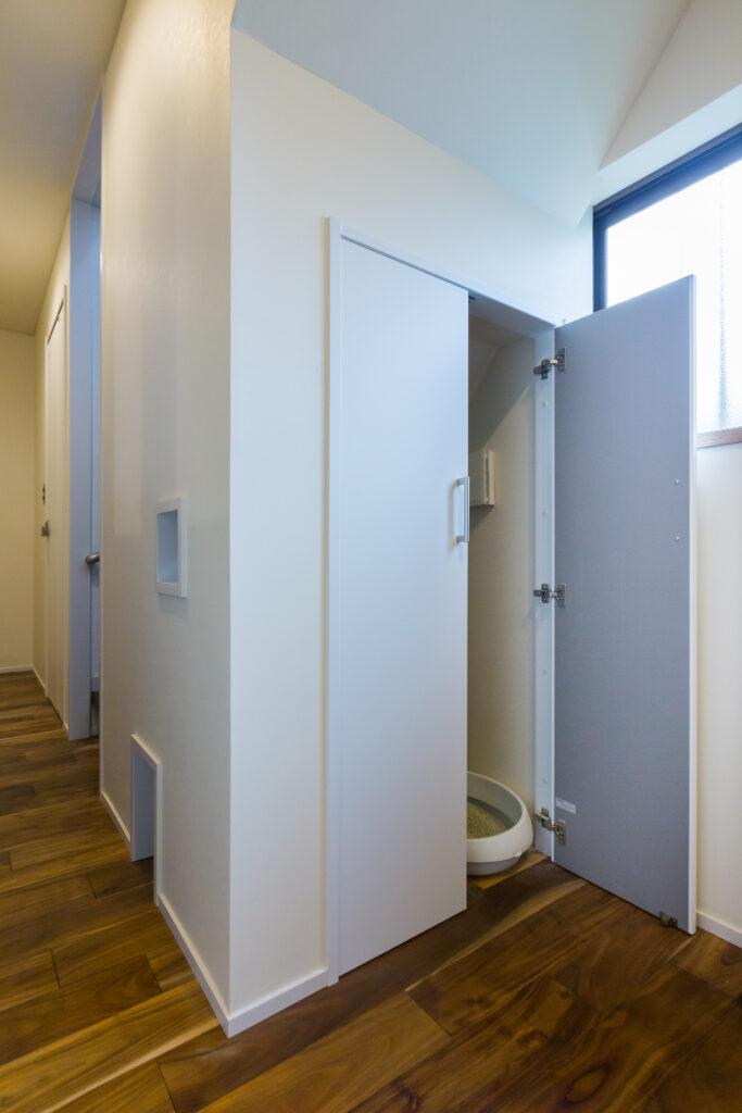 階段下ネコトイレ、寒気も掃除もバッチリです