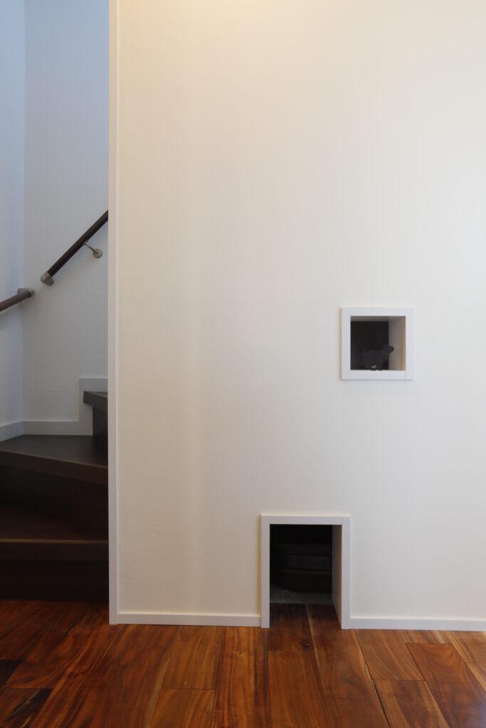 階段下にネコトイレ、明かり取りも機能的かつカワイイ