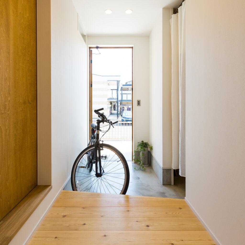 白壁とコンクリートの土間、無垢の床がシンプルでカッコイイ実家リノベ