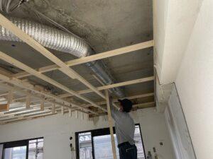 岡崎市マンションリノベーション解体工事始まりました。スケルトン状態だった排気ダクトに大工さんが下地を張ってくれています。