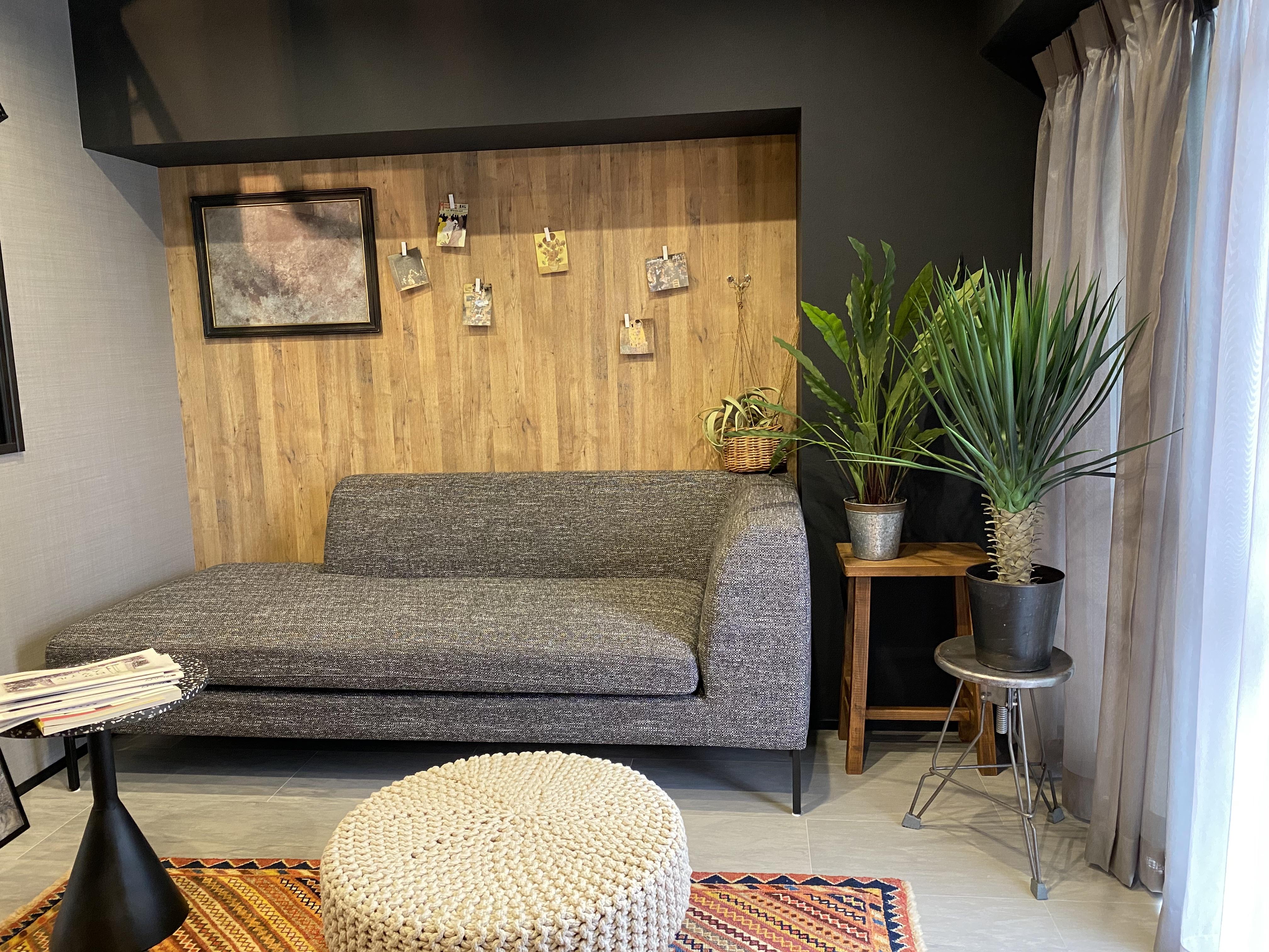 リビングはソファ背面にマグネットボードを設置、アクセントであり実用性も抜群です