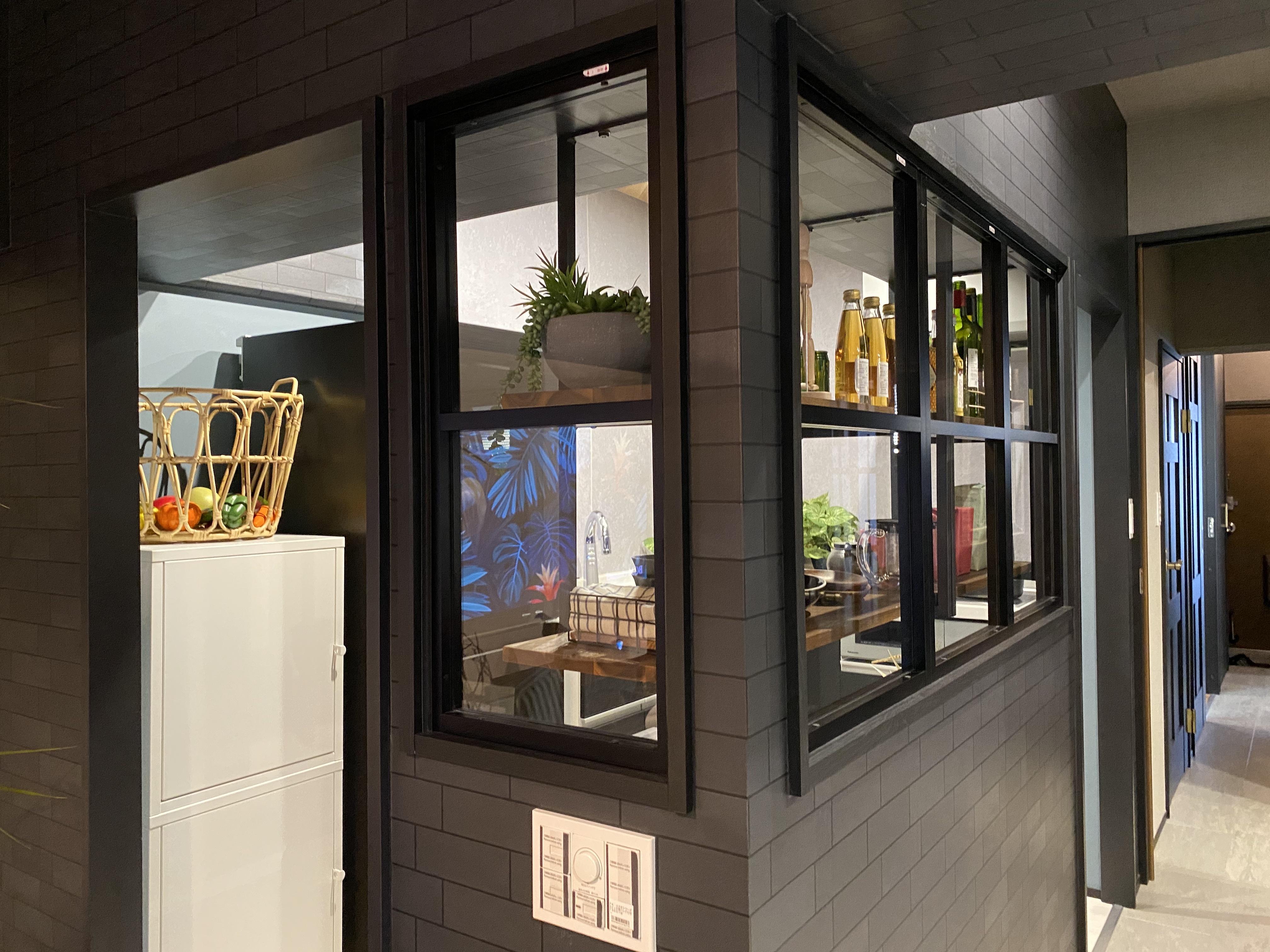 室内窓設置の仕切られすぎないキッチンはリノベならではのかっこいい面白い空間です