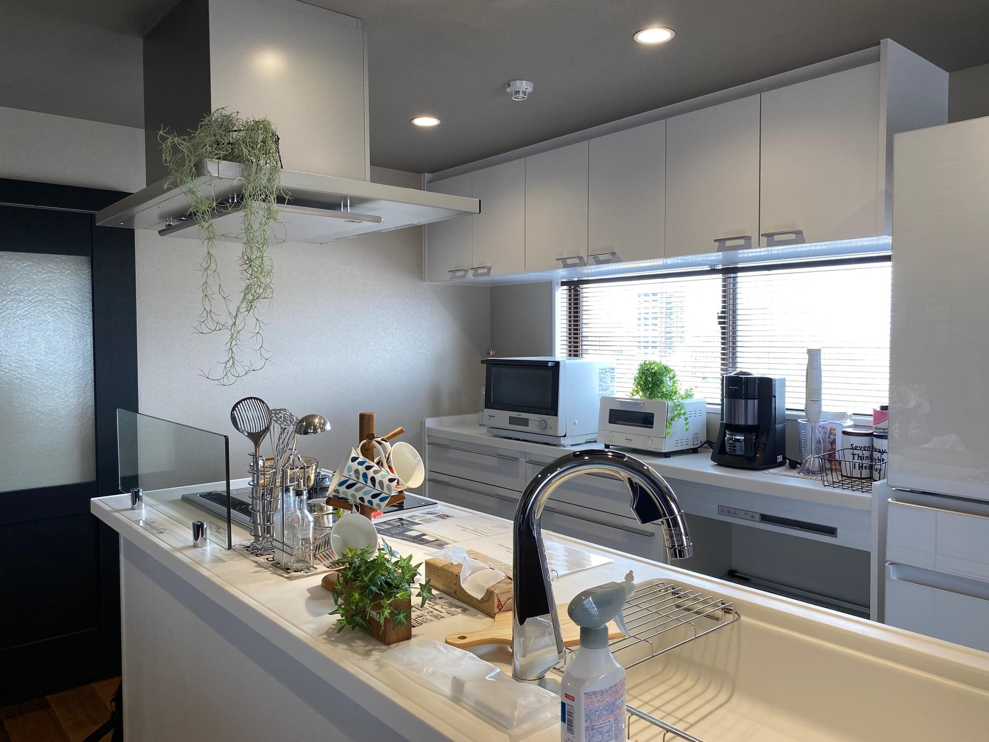 マンションリノベでアイランドキッチン設置、大きくても白基調なのですっきり見えます