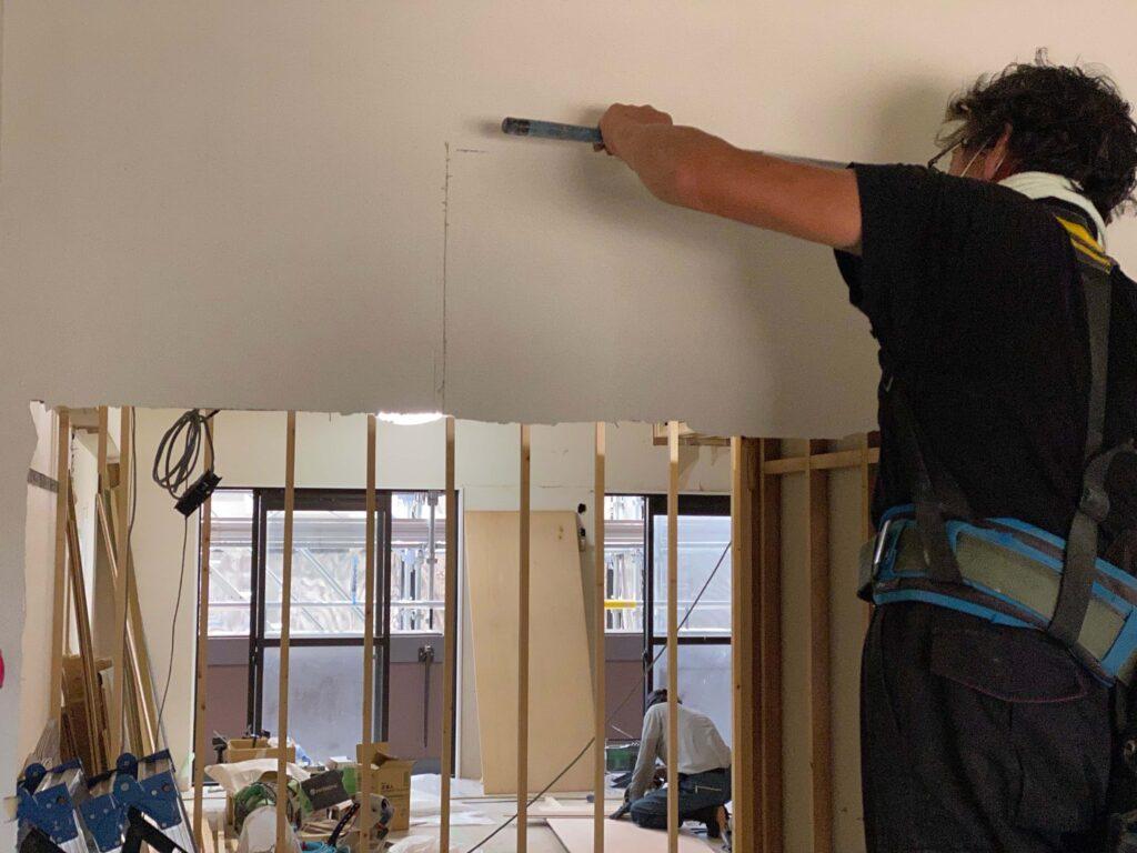 既存を流用しながらの今回のリノベ、建具の枠に合わせて壁を切り込みます。
