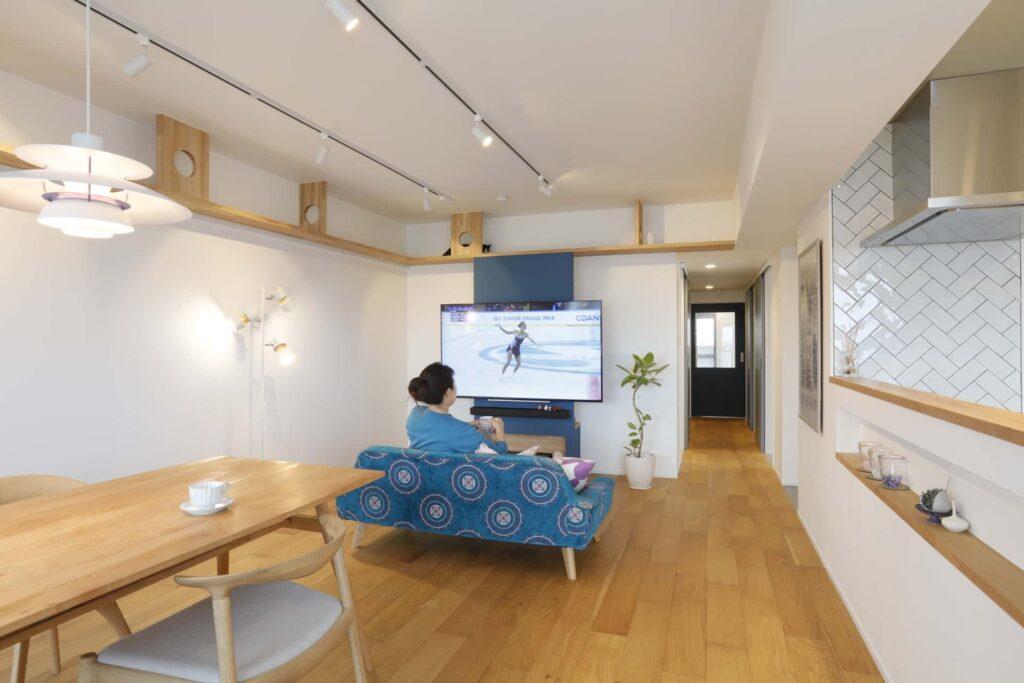 白くスッキリとした壁とオークのフローリングがシンプルな室内にブルーのアクセントが映えます。