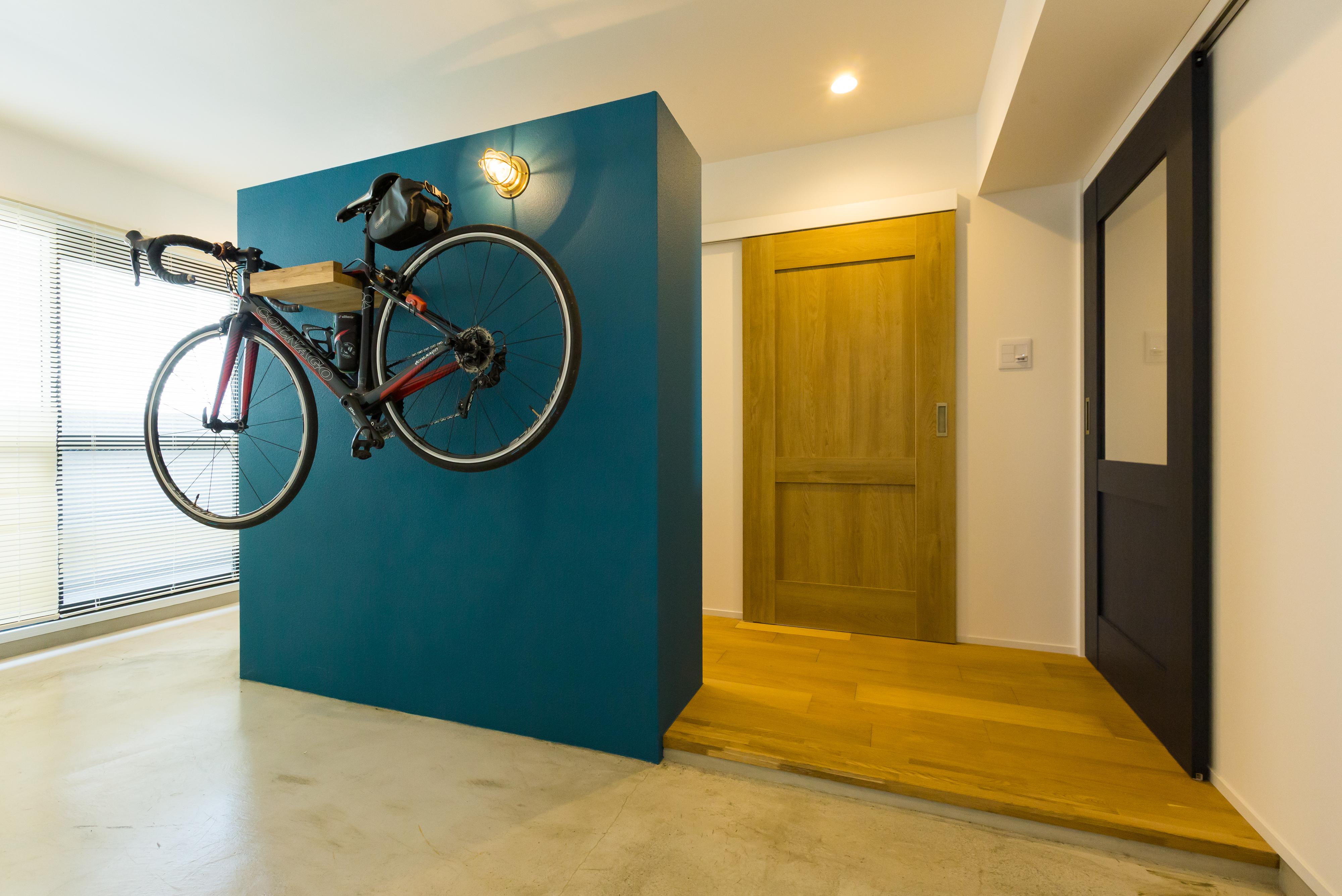 ロードバイクが飾れる玄関土間はメンテナンスにも最高