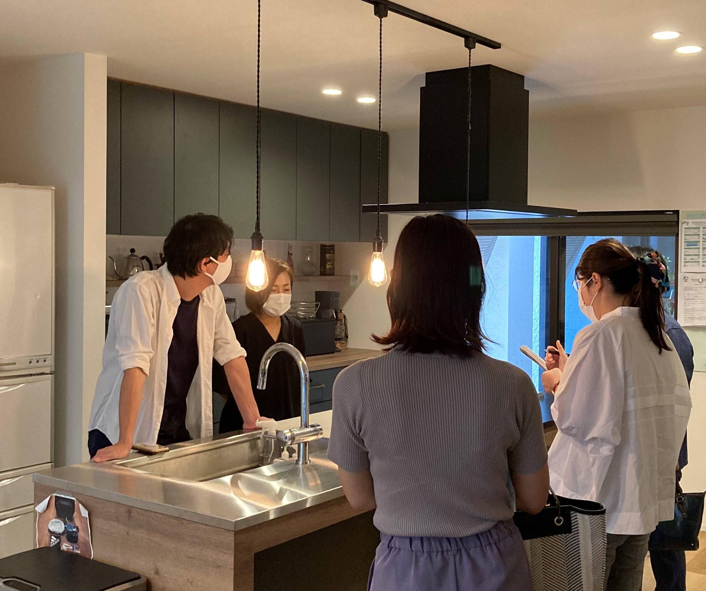 豊橋市でリノベーションを手掛けるリノクラフト株式会社で実家リノベーションされたOB様のお宅が東海リノベーションに取材されている様子
